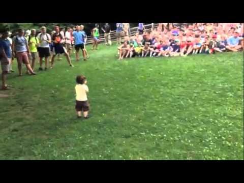 500 Jungs werden zu Marionetten. Dieses Kleinkind hält die Fäden in der Hand.