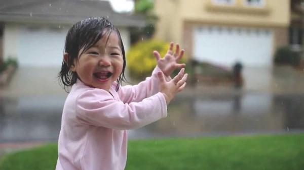 Die Eltern riefen nach ihr, aber sie wollte nicht rein. Als es auf sie einprasselte, wurden ihre Augen groß.