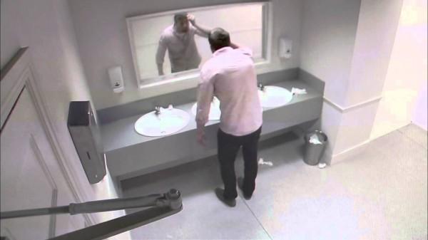Er war mit Freunden unterwegs. Als er in den Spiegel schaute, blieb ihm das Herz stehen.