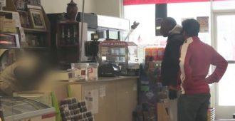 Dieser Obdachlose bekommt ein Lottolos. Als er es einlösen möchte, hält er es für einen schlechten Scherz.