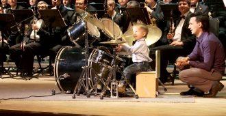 Er ist drei Jahre und spielt Schlagzeug wie ein junger Gott. Und dann noch mit diesem Orchester!