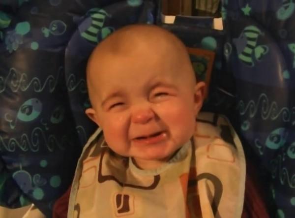 Herzerweichend: Dieses 10 Monate alte Baby ist vom Gesang seiner Mama total gerührt.
