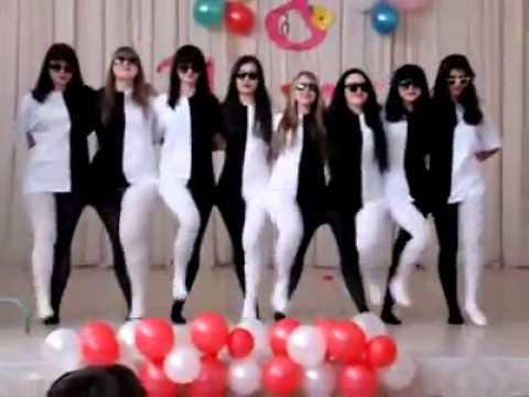 Acht junge Mädchen zeigen einen ganz besonderen Tanz. So verwirrend, was das Auge daraus macht.