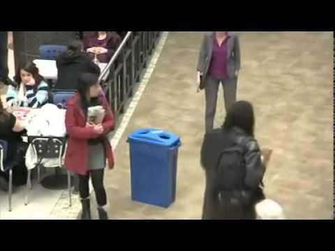 Sie entsorgte den Müll einer anderen Person und konnte nicht glauben, was danach geschah.