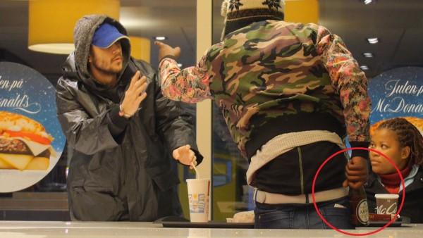 Dieser Obdachlose traut sich etwas und erlebt den kältesten Moment der Erde. Fremdschämen pur!