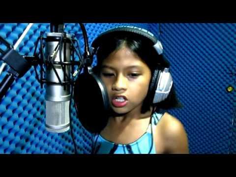Über dieses 10-jährige Kind von den Philippinen spricht das ganze Internet. Schon als sie anfängt, wird einem warm ums Herz.