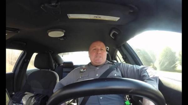 Ein 47-jähriger Streifenpolizist wird beim Autofahren gefilmt. Was die Kamera dort gefilmt hat, geht um die Welt.