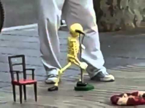 Ich mag Leute, die mit Marionetten so umgehen können. Hier ist ein tanzendes Skelett.