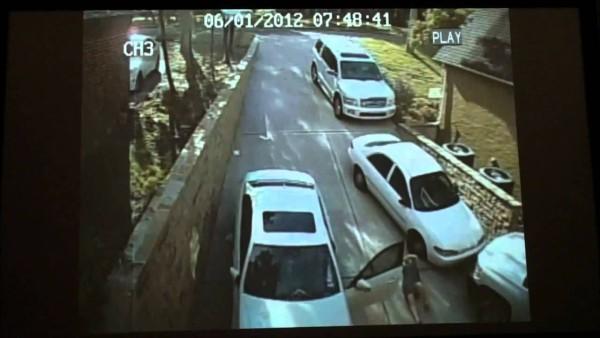 Als die Frau mit Wucht gegen die Autotür knallt, wirst auch du kurz zucken. Der Rest ist zum Schreien komisch.