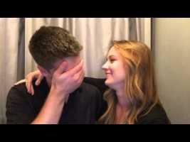 Sie hält ein Wort in die Kamera und wartet auf seine Reaktion. Er kann vor Tränen kaum noch sprechen.