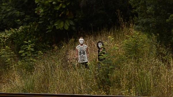 2 grausame Fratzen starren über die Gleise. Dann schleichen sie sich langsam hinterher.