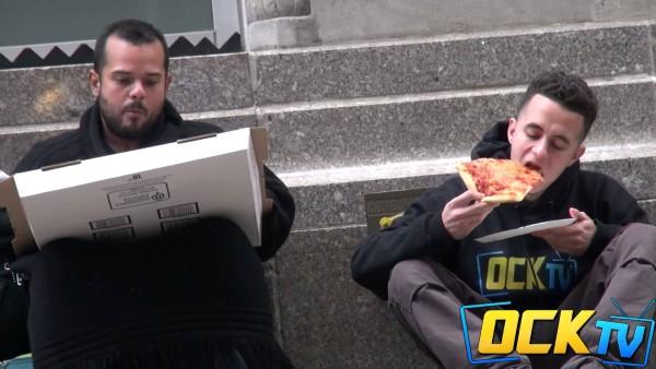 Er gibt diesem Obdachlosen eine Pizza. Doch was der Mann damit macht, ist eine Lehre für uns alle.