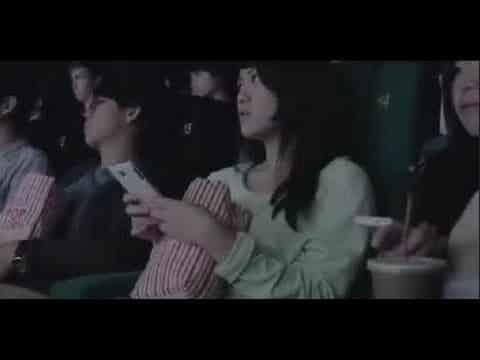Er bekam eine SMS im Kino. Was dann geschah, schockierte jeden.