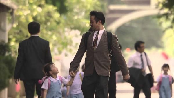 Dieser Vater lügt tagtäglich seine Tochter an. Der Grund bricht nicht nur sein Herz.