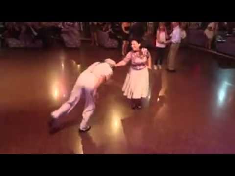 Dieses ältere Pärchen fängt an zu tanzen. Ein paar Minuten später ist die Menge platt!