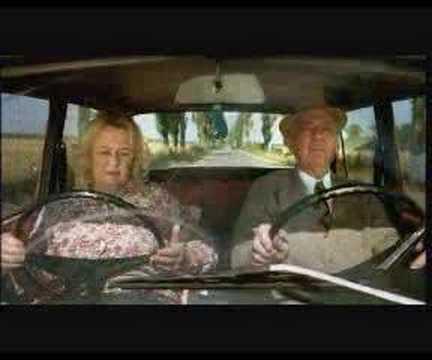 Dieser Autofahrer bekommt den Schreck seines Leben, dabei sieht diese Omi so harmlos aus.