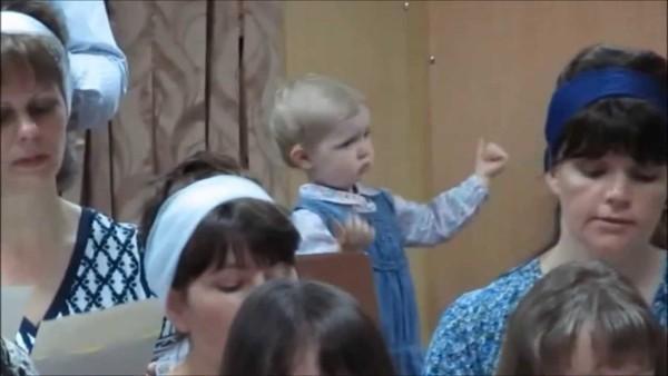 Niemand erwartete das von einem 3 jährigen Mädchen. Aber was hier die Kamera aufgenommen hat ging um die Welt.