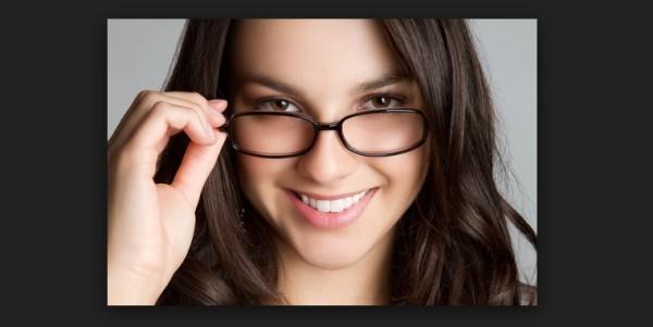 szemüveges lány