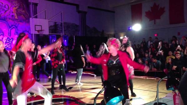 Diese 60-jährige Lehrerin zeigt allen, wie man tanzt. Und am Ende steht sie Kopf. :O