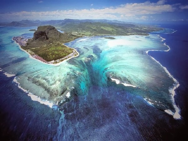 Absolutely_Stunning_Illusion_of_an_Underwater_Waterfall_in_Mauritius