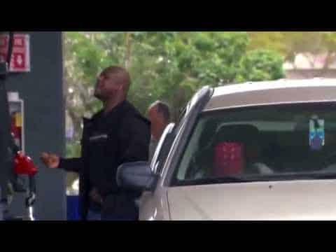 Dieser Mann befüllt sein Auto mit Benzin. Was er als nächstes tut, lässt seine Frau sich vor Lachen kringeln.