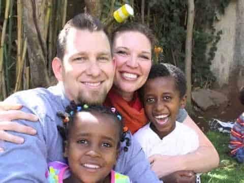 So wurden zwei Waisenkinder aus Äthiopien von ihrer neuen amerikanischen Adoptivfamilie empfangen. Ein herzergreifendes Video! Da kommen mir Tränen in die Augen.