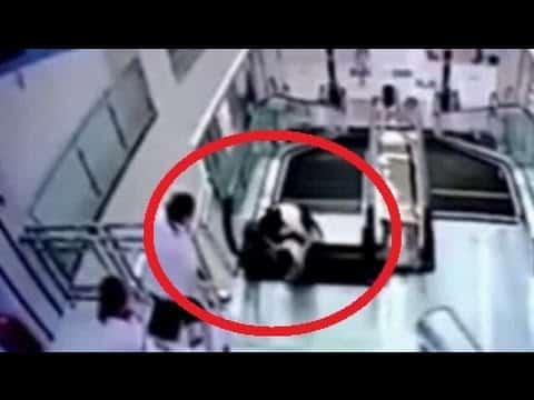 Sie schafft es ihren Sohn zu retten, bevor die Rolltreppe sie in den Tod reißt. Ein tragischer Fall aus China.