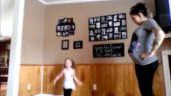 Während sie 8 Monate schwanger ist, hat diese Mama eine grandiose Wohnzimmer-Tanzaufführung mit ihrer Tochter.