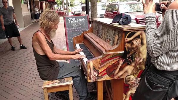 Ein Obdachloser setzt sich ans Klavier und nach 2:25 traut niemand seinen Ohren.
