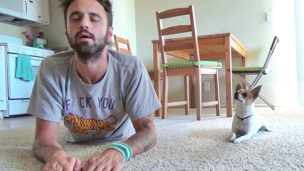 Dieser Mann will ein Youtube-Video drehen. Doch was sein HUND macht, begeistert das ganze Internet!