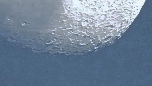 Ein Fotograf filmt den Mond und zoomt schrittweise näher. Das Resultat ist der Hammer!