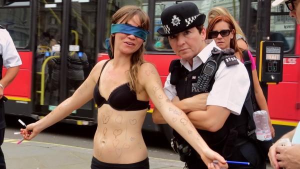 Diese Frau zieht sich auf offener Straße aus. Doch was Passanten dann mit ihr machen, glaubst du nicht.