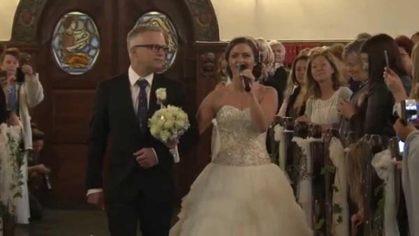 Dieser Mann wartet auf seine Braut. Doch was er in der Kirche hört, macht ihn fassungslos vor Rührung.