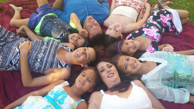 Mom_Adopts_All_4_Of_Her_Best_Friend's_Daughters_After_She_Died_Of_Brain_Cancer