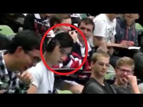 Mitten in der Vorlesung sieht sich der Student einen Porno an. Was er nicht weiß: Alle können mithören!