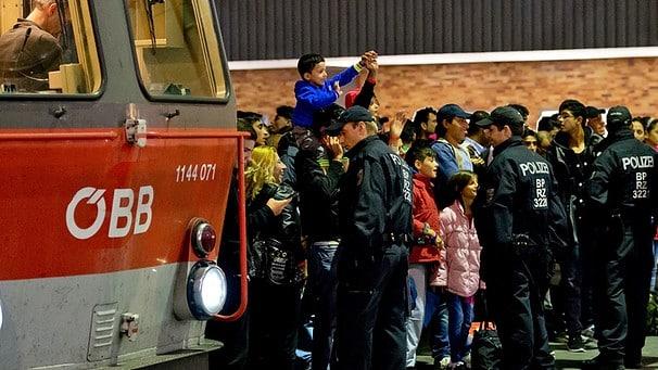 fluechtlinge-hauptbahnhof-muenchen-sonntag-100-_v-img__16__9__l_-1dc0e8f74459dd04c91a0d45af4972b9069f1135