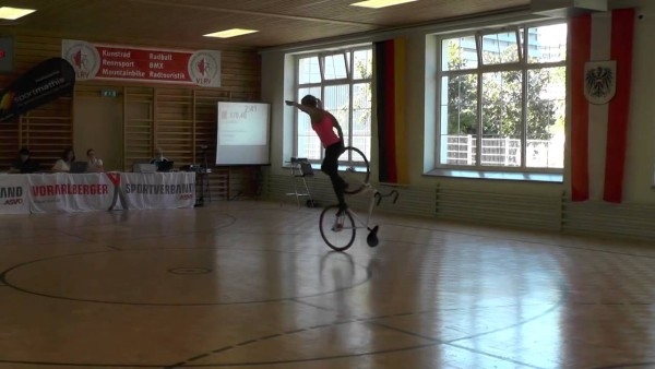 Diese Frau setzt sich auf ihr Fahrrad. Sekunden später ist das Publikum sprachlos.