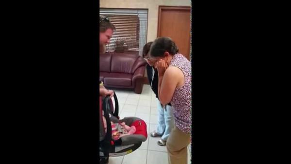 Als diese Oma ihr Enkelkind zum ersten Mal sieht, flippt sie völlig aus.