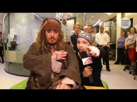 Und plötzlich steht der echte Captain Jack Sparrow vor dem kranken Mädchen.