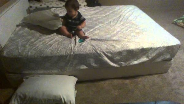 Dieser Vater filmt heimlich seinen Sohn DABEI im Schlafzimmer. 1 Mio. feiern das auf Youtube!