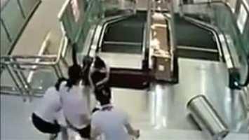 Eine Mutter wirft ihren Sohn in Sicherheit, dann wird sie von der Rolltreppe verschluckt!