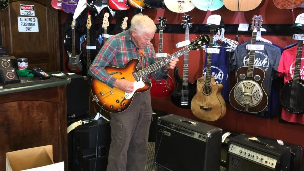 Als der Ladenbesitzer diesen Opa reinkommen sah, ahnte er nicht, wer der alte Herr ist.