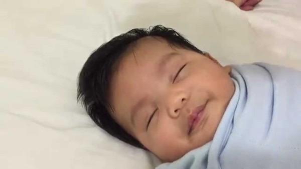 Mit diesem genialen Trick schläft dein Baby in weniger als 1 Minute ein! Wow.