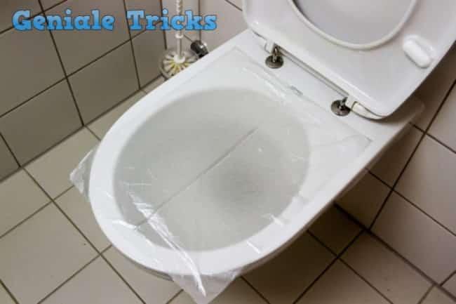 wenn die toilette verstopft ist ist es so einfach die toilette mit plastik. Black Bedroom Furniture Sets. Home Design Ideas