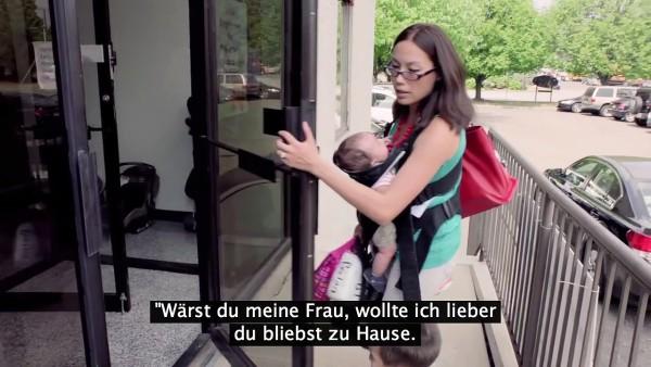 Diese Frau schließt sich heimlich im Büro ein, um das unter ihr T-Shirt zu schieben. Dieses Video zeigt, dass Mütter nur das Beste wollen.