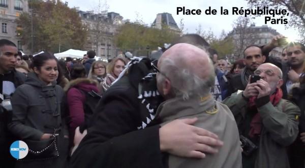 100 Pariser umzingeln diesen Muslim, um das mit ihm zu machen. Es ist so bewegend, dass ich eine Gänsehaut bekomme!