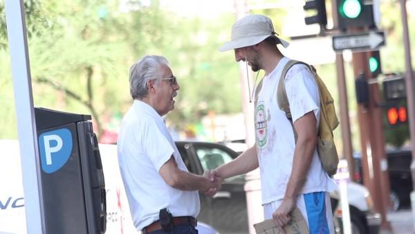 """Ich drückte dem Obdachlosen 5 Dollar in die Hand, doch dann sagte er: """"Moment mal…"""""""