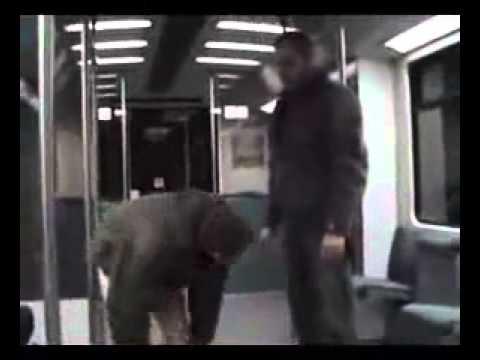 Der Mann attackiert die Frau in der U-Bahn. Doch was bei 0:09 passiert, lässt ihn mit eingekniffenem Schwanz abziehen.