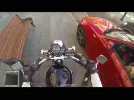 Diese Motorradfahrerin sieht, was er aus dem Auto wirft. Ihre Rache könnte nicht besser sein! Auf Facebook teilen