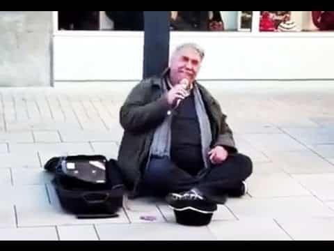 Der deutsche Mann setzt sich mitten auf die Straße. Doch als er zu singen beginnt, trauen die Menschen ihren Ohren nicht!